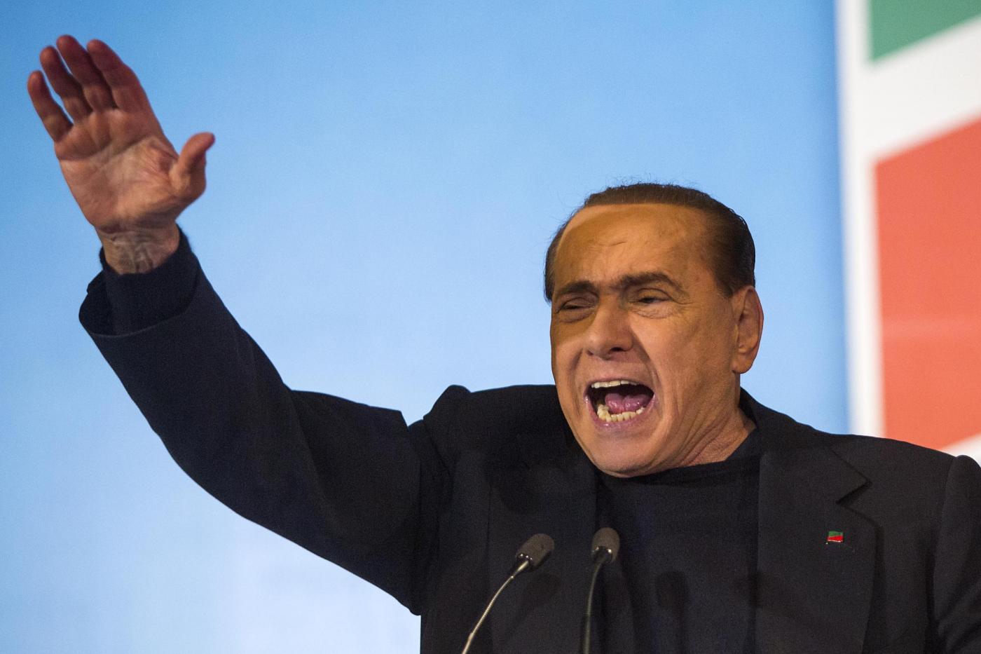 """Berlusconi-show: """"Ragazze di Forza Silvio, mettetemi mani addosso"""