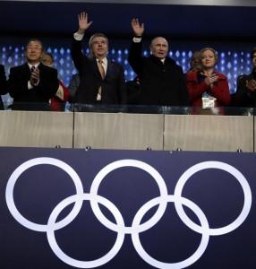 Sochi. In tribuna l'apoteosi di Putin, giochi di potere, torna l'orso russo