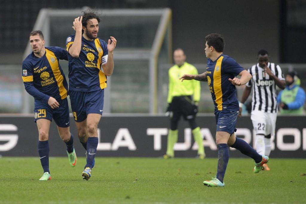 Verona, l'esultanza di Toni dopo il gol alla Juve