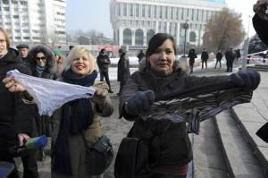 """Kazakhstan, Russia e Bielorussia: """"Vietate mutandine di pizzo"""". Donne protestano"""