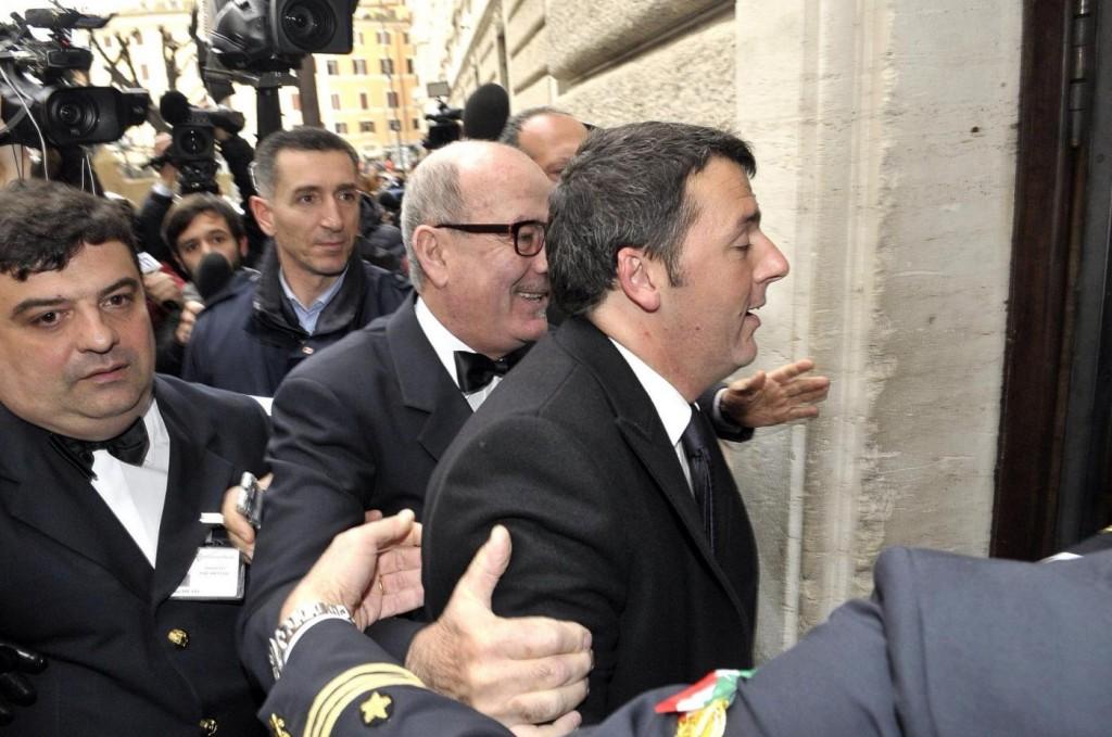 """Matteo Renzi, Il Fatto: """"Un hotel diverso a notte: così evita i fotografi"""""""
