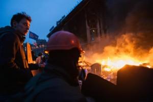Ucraina, dimostranti catturano 50 poliziotti a Kiev e li fanno marciare