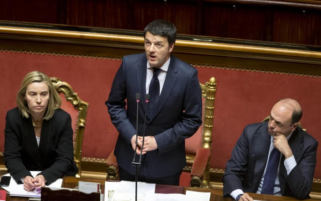 Renzi va..contro vento. Canta solo e non legge le note al Festival della fiducia