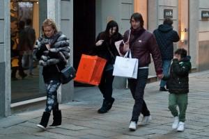 Daniele Conti e famiglia, shopping a Milano (LaPresse)