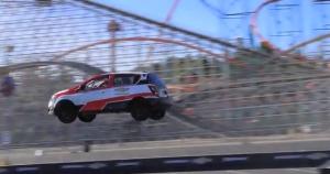 Stuntman Rob Ryrdek vola con l'auto in retromarcia