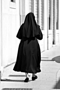 Suora stuprata da prete abbandona la figlia. La Cassazione gliela restituisce