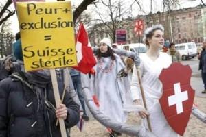 """Svizzera, referendum: no-immigrati """"di pancia"""" ma testa alle banche"""