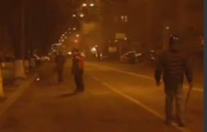 Ucraina, manifestante colpito da raffica di mitra, si accascia a terra