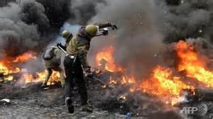 Polizia contro manifestanti a Kiev