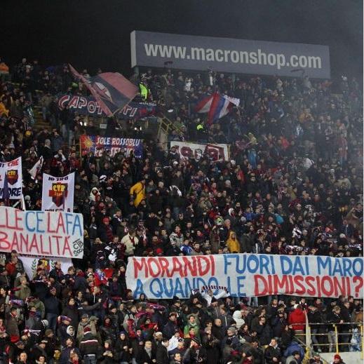 Lo striscione della curva del Bologna contro Gianni Morandi (foto Ansa)