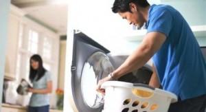 Il casalingo fa poco sesso: se lui lava i piatti uccide il desiderio