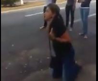 Venezuela, madre in ginocchio davanti polizia
