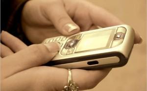 Manda un sms all'amante, si sbaglia. E il marito scopre tradimento (e che il figlio non era suo)