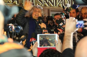 Beppe Grillo davanti l'Ariston