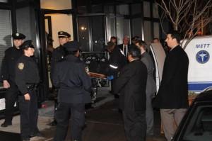 Philip Seymour Hoffman, il cadavere viene caricato sull'ambulanza