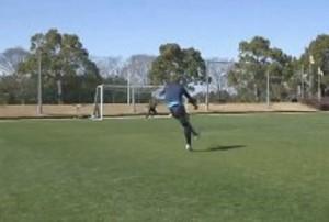 Kosuke Ota e il tiro alla Holly e Benji (video)