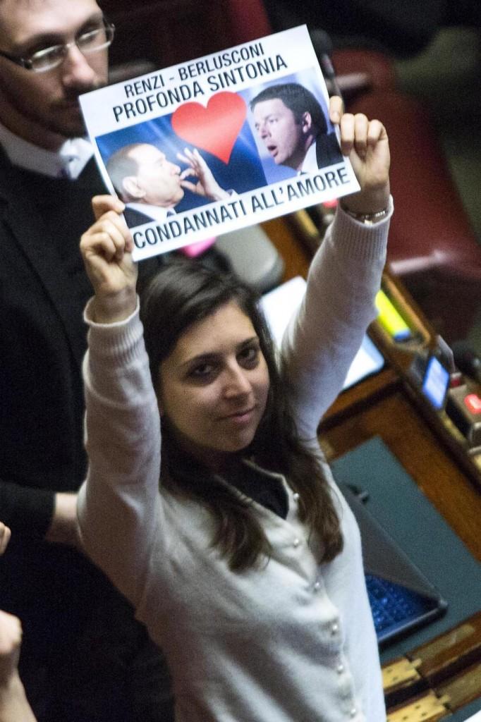 Italicum approvato, cartelli M5S 01