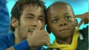 Sudafrica-Brasile, bambino invade campo e realizza sogno con Neymar (video)