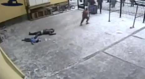 Uccide moglie e figli a martellate, poi si lancia dalla finestra con il quarto