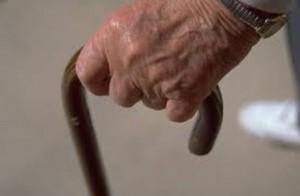 """Lui, 80 anni, lascia lei, 30: """"Sei immatura"""". Lei lo picchia e lo rapina"""