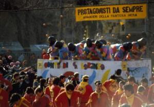 Carnevale di Ivrea, nel secondo giorno della battaglia delle arance 87 contusi