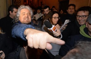 """Beppe Grillo: """"Renzi nelle scuole sembra Mussolini coi figli della lupa"""""""