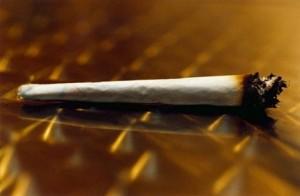 """Studentessa fuma una """"canna"""" e si sente male in classe"""