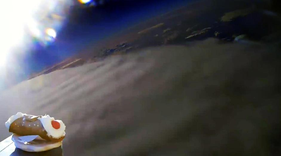 Tre giovani di Enna lanciano cannolo nello spazio