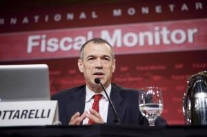 """Cottarelli, terrore dei pensionati, lui a 300 mila: """"Voi ricchi con 2.500"""""""