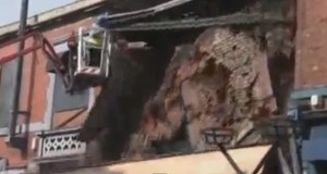 Sopralluogo ad una casa ad Ashton. Una picconata e l'edificio crolla (video)