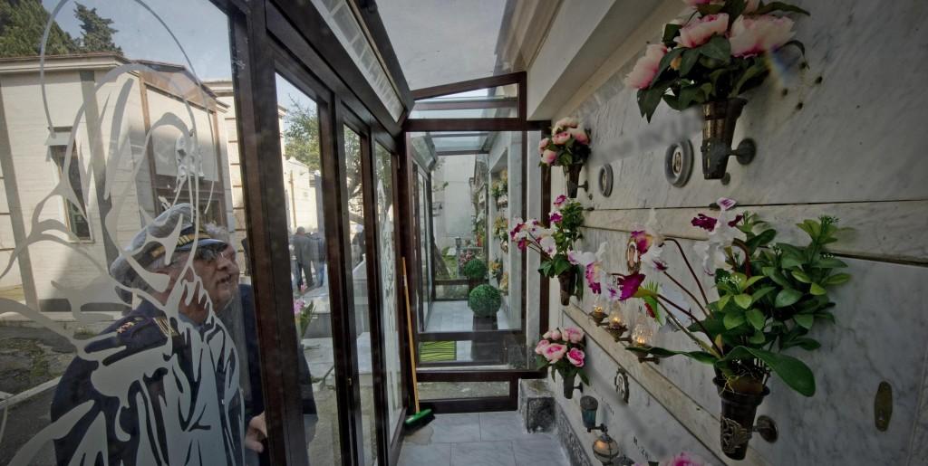 Napoli, abusi al cimitero: le verande tra le tombe (foto Ansa)