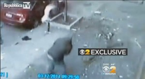New York, passante sopravvive a esplosione e crollo palazzo di Harlem (video)