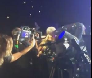 Miley Cyrus bacia ragazza del pubblico