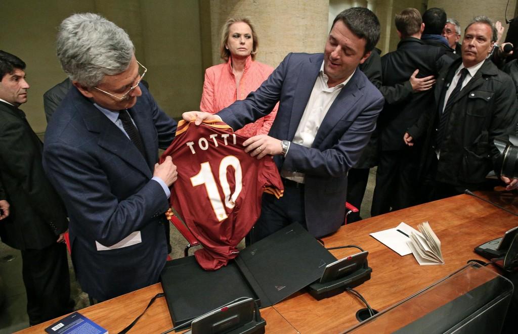 D'Alema regala a Renzi la maglia di Francesco Totti