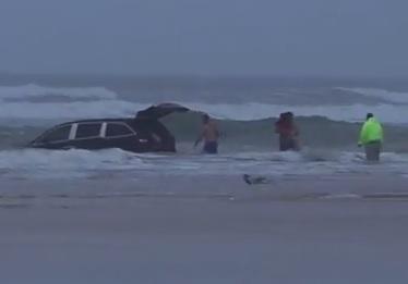 Mamma tenta suicidio guidando l'auto con dentro i tre figlioletti nell'oceano