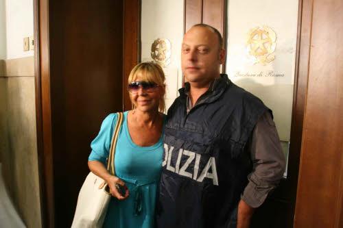 Wilma Goich con la polizia nel 2009 uando vennero arrestati gli usurai (Lapresse)