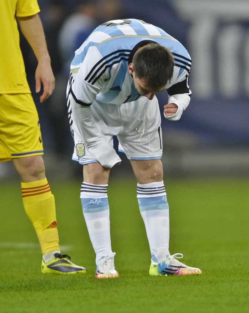 Leo Messi vomita in campo (foto LaPresse)