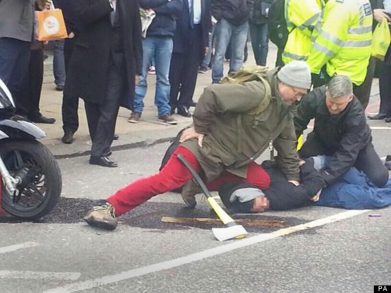 Londra, passante blocca a terra rapinatore armato di ascia