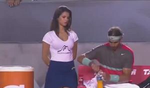 Rafa Nadal, gioco di sguardi con le raccattapalle
