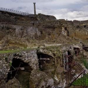 Pompei, il crollo del muro nell'area non scavata a via Nola (Foto Ansa)