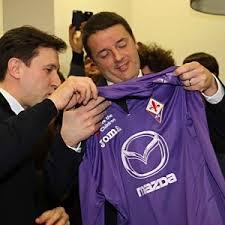 Renzi portare alla Merkel la maglia viola di Mario Gomez? Speriamo di no
