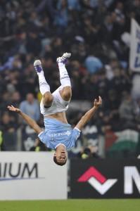Hernanes esulta dopo il suo gol più bello nel derby (LaPresse)