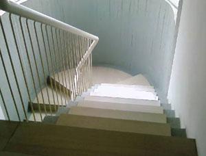 Butta la moglie dalle scale e chiama direttamente le pompe funebri