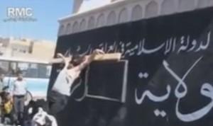 Crocifisso dai terroristi ed esposto in piazza. Bimbi riprendono coi telefonini (video)