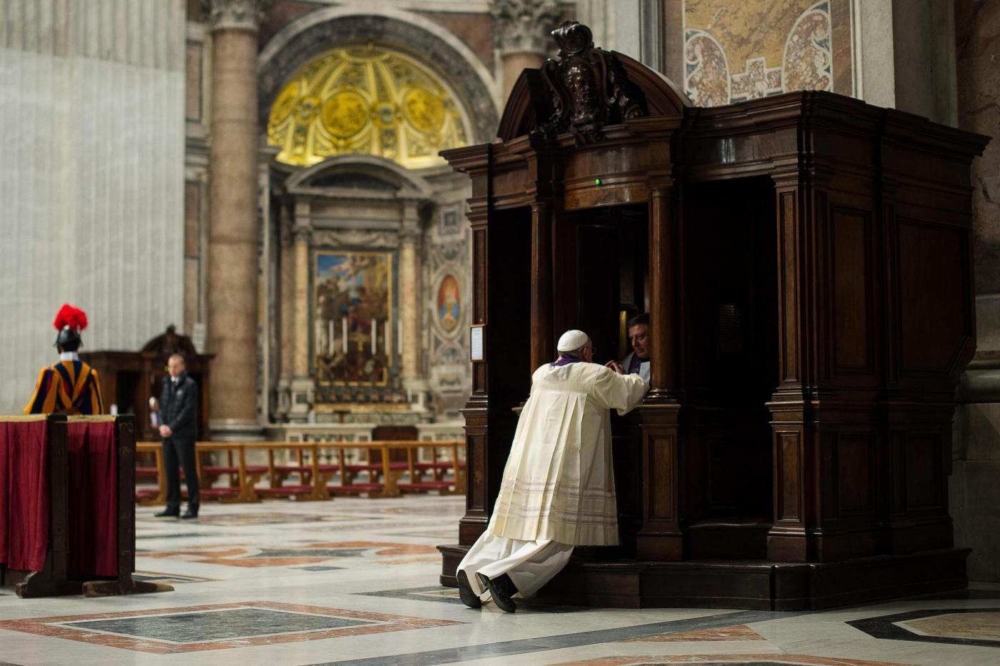 Papa Francesco si confessa (Foto Osservatore Romano - Lapresse)