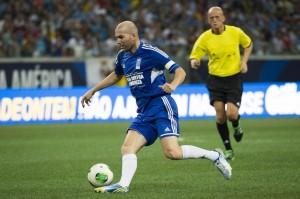 Video, Zidane gol e show in una partita tra vecchie glorie (LaPresse)