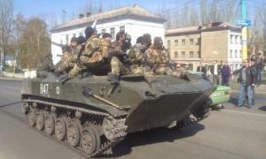 Ucraina, guerra ad un passo. Nell'est blindati di Kiev e con bandiera russa
