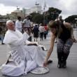 Roma, travestito da Wojtyla fa foto con turisti02