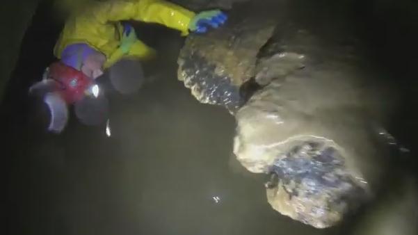 Gb, resta intrappolato per tre ore nella caverna allagata