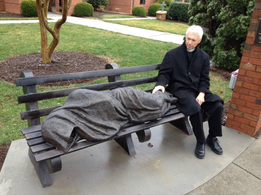 """Gesù """"senzatetto"""" che dorme su panchina: la statua divide i fedeli"""
